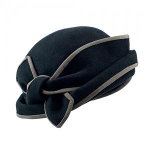 Kappe, Tuchfilz schwarz, mit gebundener Schleife, mit taupefarbenem Einfass