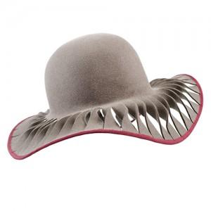 Schlapphut, Haarfilz taupe, geschlitzt mit bordeauxfarbenem Einfass