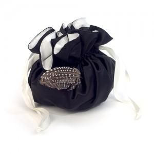 Pompadurbeutel, schwarz-weiße Seide und Perlhuhnfedern